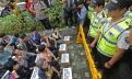 경찰 바리케이트에 막힌 '의료민영화 반대 200만 서명지'